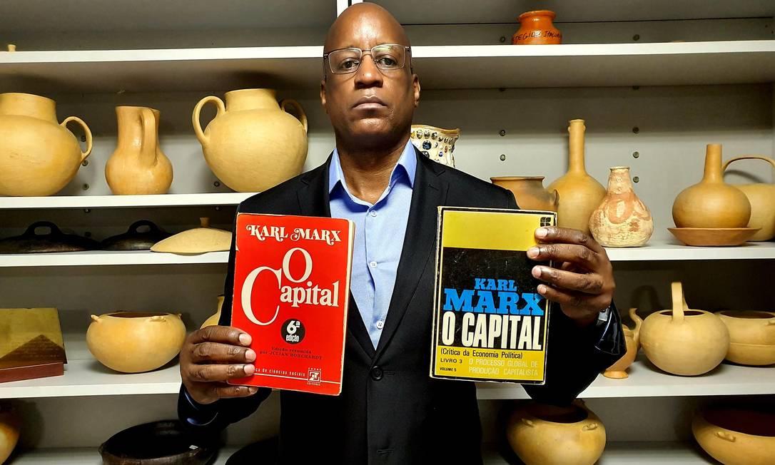 Sérgio Camargo e os exemplares de 'O capital': 'Presidentes que me antecederam achavam que Marx era um negão' Foto: Reprodução Redes Sociais