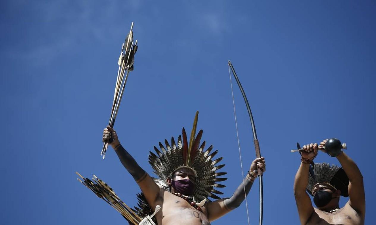 Indígenas protestam exibindo arco e flexa, contra projeto que ameaça demarcação de terras Foto: Pablo Jacob / Agência O Globo