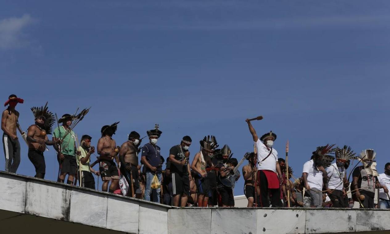 Manifestantes subiram a rampa do Congresso em protesto contra projeto da bancada ruralista Foto: Pablo Jacob / Agência O Globo