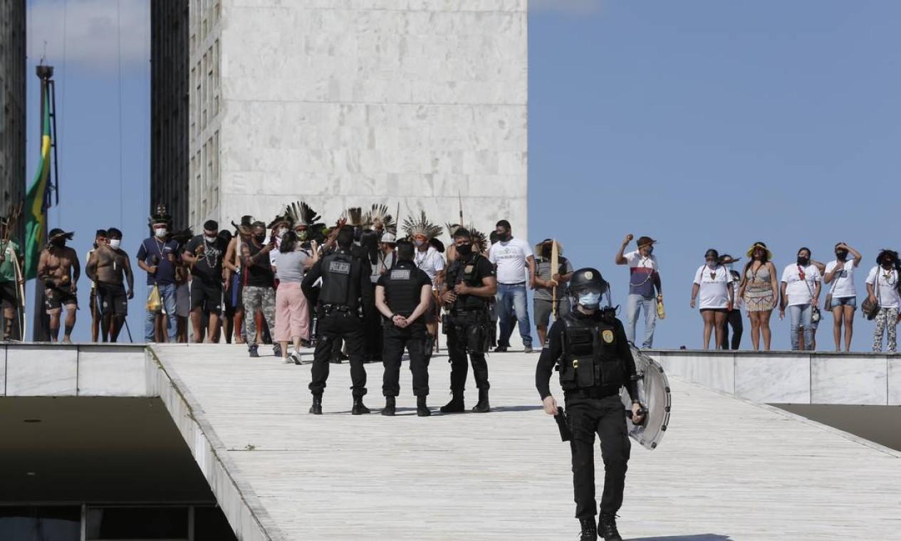 Policiais federais conversam com manifestantes na rampa do Congresso Foto: Pablo Jacob / Agência O Globo