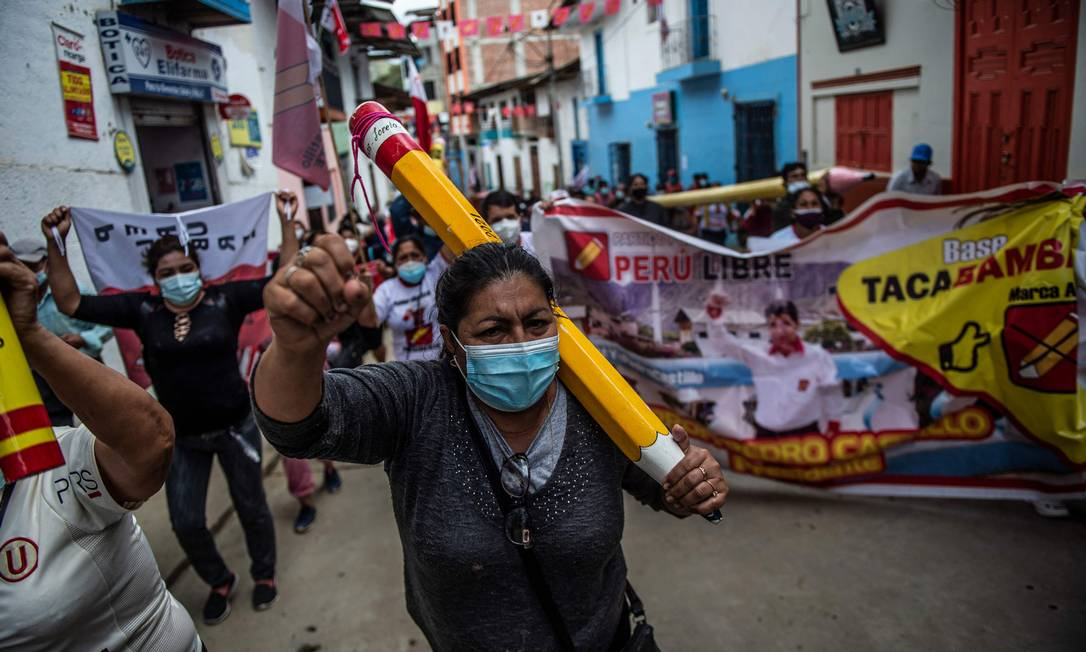 Apoiadores de Pedro Castillo durante uma marcha na região de Cajamarca na segunda-feira Foto: ERNESTO BENAVIDES / AFP