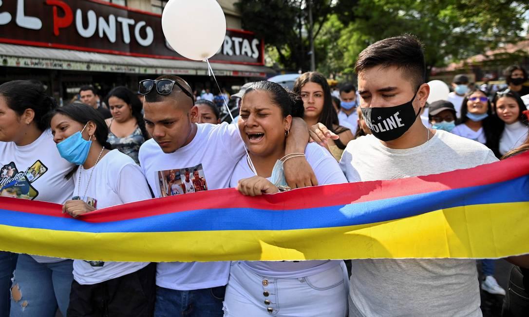 Parentes e amigos participam do funeral de Michael Andrs Aranda, morto durante um protesto em Cali, na Colômbia Foto: LUIS ROBAYO / AFP