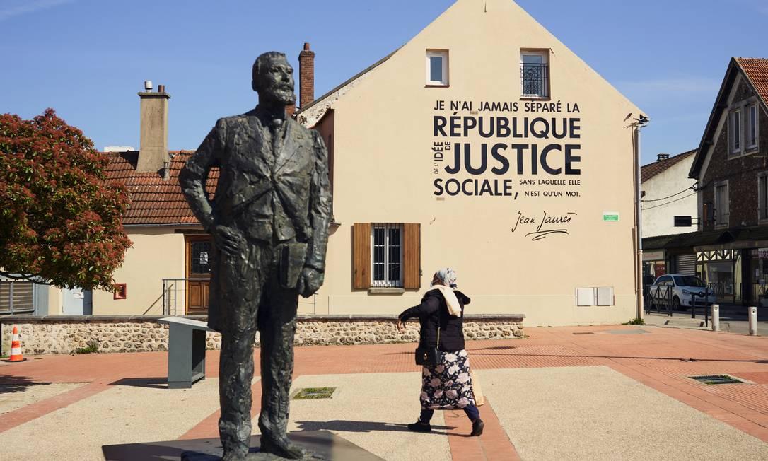 """Uma estátua em Trappes do líder socialista Jean Jaurès, que foi assassinado em 1914; sua frase inscrita na fachada da casa diz: """"Nunca separei a República da ideia de justiça social, sem a qual ela é nada além de uma palavra"""" Foto: CYRIL ZANNETTACCI / NYT"""