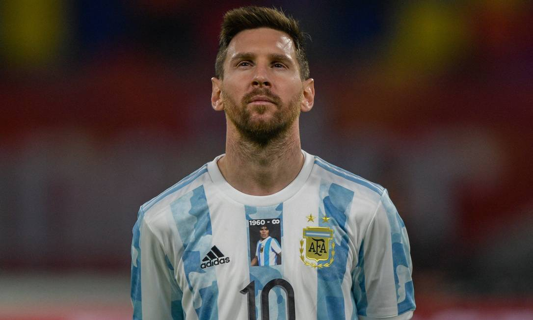 Messi presta homenagem a Maradona em primeira partida da seleção após morte de ídolo Foto: JUAN MABROMATA / AFP