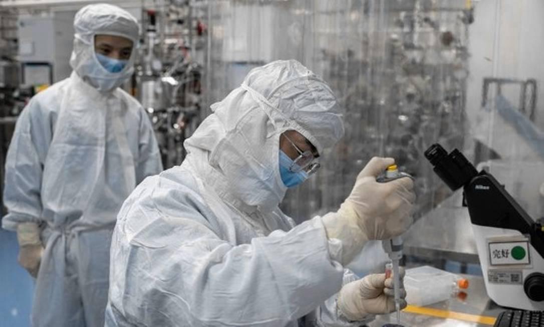 Laboratório da Sinovac Biotech, na China Foto: NICOLAS ASFOURI / AFP