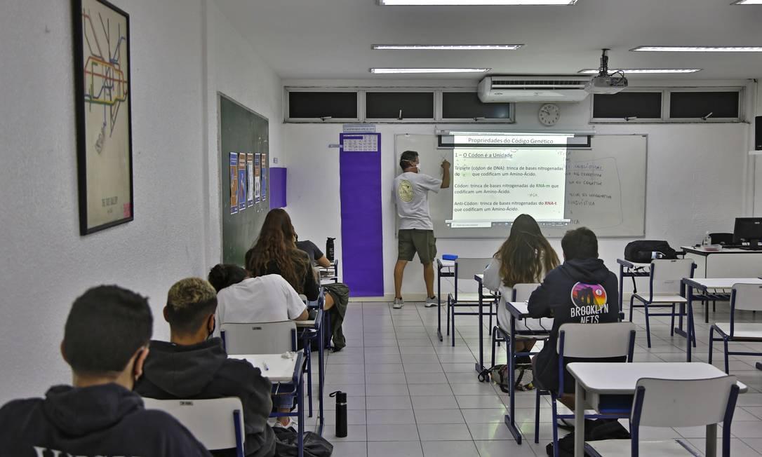Alunos da Escola Parque, na Gávea, seguem regras sanitárias de distância de 1,5m entre as carteiras: prefeitura vai autorizar espaçamento menor para aumentar ocupação de salas Foto: Fábio Rossi/22.02.2021 / Agência O Globo