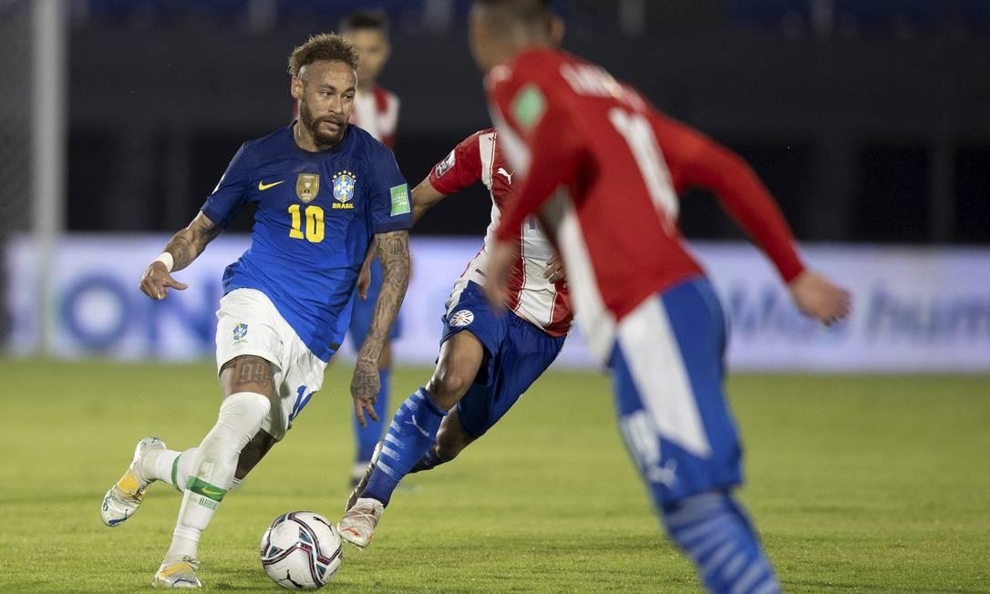 Neymar passa pelos marcadores em partida contra o Paraguai pelas Eliminatórias Foto: Foto Lucas Figueiredo/CBF / Agência O Globo