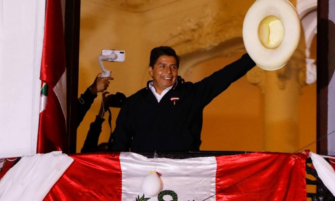 Em Lima, o candidato Pedro Castillo fala para seus seguidores da sacada da sede de seu partido, o Peru Livre Foto: SEBASTIAN CASTANEDA / REUTERS/8-6-21