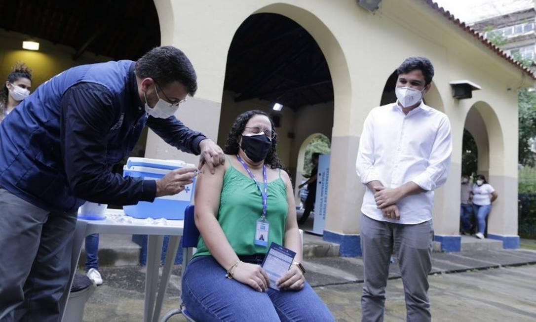 Profissional da Educação é vacinada contra a Covid-19 no Rio Foto: Márcia Foletto / Agência O Globo