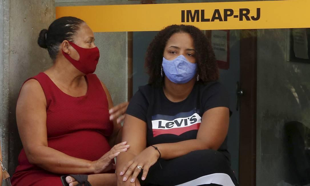 Jackeline, com a avó da jovem, no IML Foto: fabiano rocha / Agência O Globo