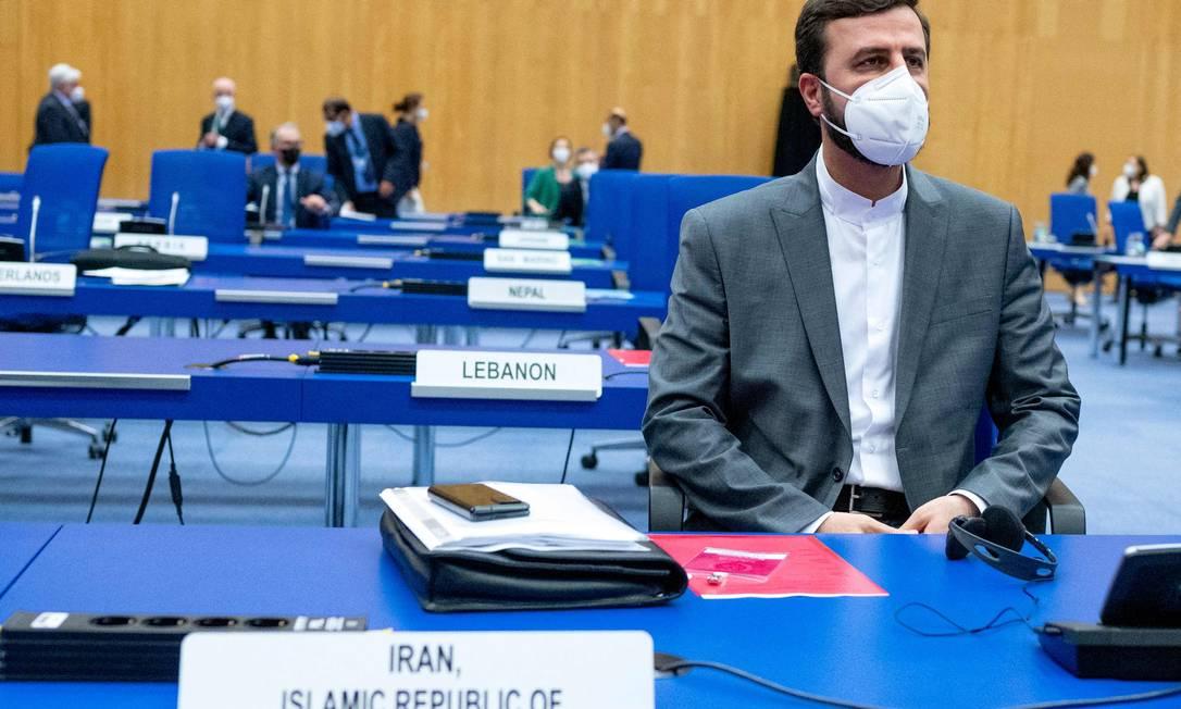 Representante iraniano na Agência Internacional de Energia Atômica, Kazem Gharib Abadi, durante reunião na sede da instituição Foto: JOE KLAMAR / AFP