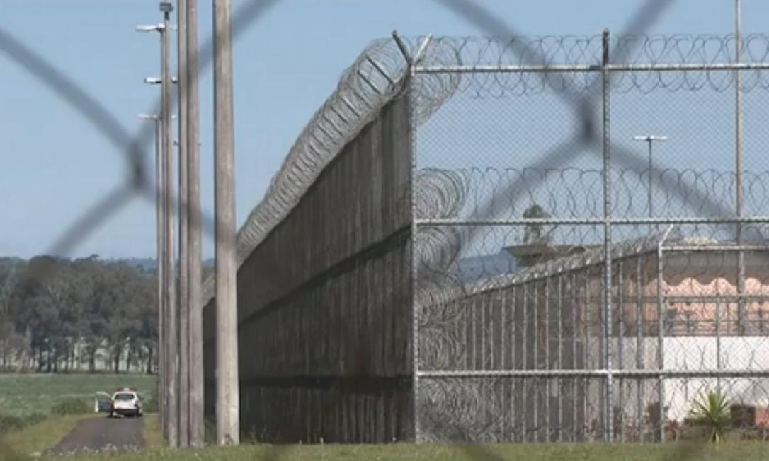Três presos fizeram reféns funcionários de fábrica de sapatos que funciona dentro de prisão Foto: Reprodução TV Globo