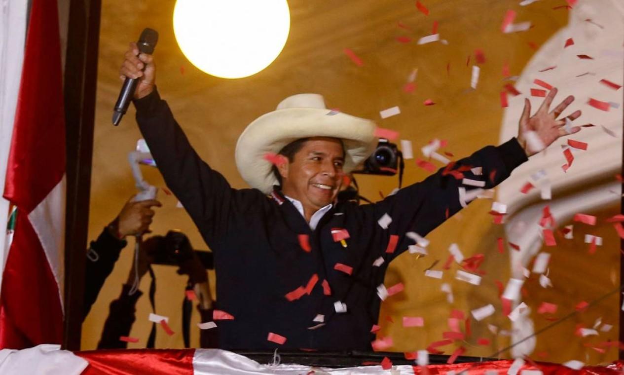 Pedro Castillo, do Peru Livre, discursa para apoiadores da sacada da sede do partido, na capital Lima, antecipando a vitória que ainda não foi confirmada Foto: GIAN MASKO / AFP