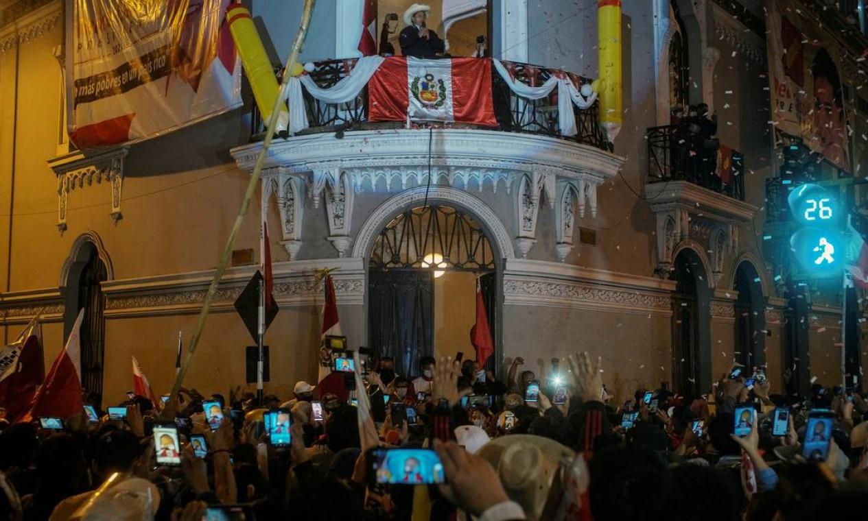 Multidão se aglomera para saudar Pedro Castillo, na sede do partido, em Lima Foto: ALESSANDRO CINQUE / REUTERS