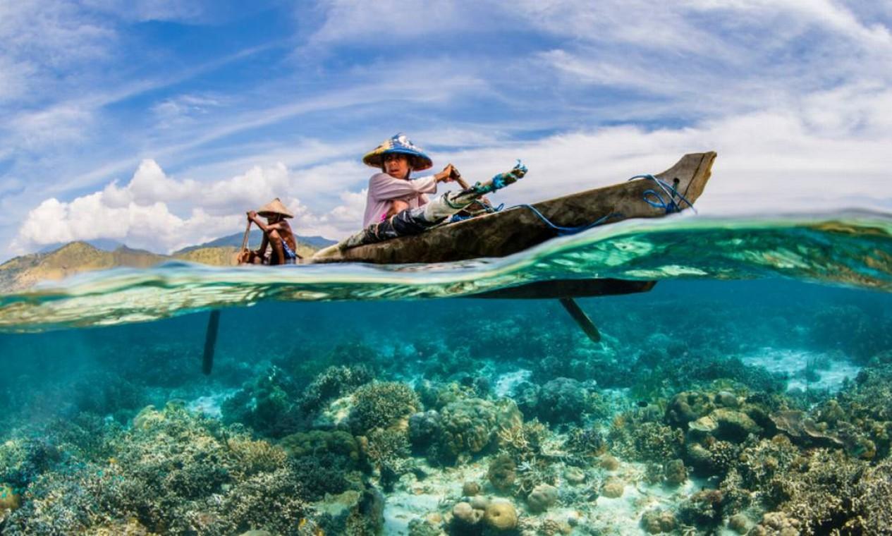 A fotografia de dois pescadores remando sobre corais na Ilha Adonara, na Indonésia, feita pelo americano Renee Capozzola, foi a vencedora na categoria O Oceano: Vida e Meios de Subsistência, da World Oceans Day Photo Competition 2021, realizada pela ONU Foto: Renee Capozzola / Divulgação