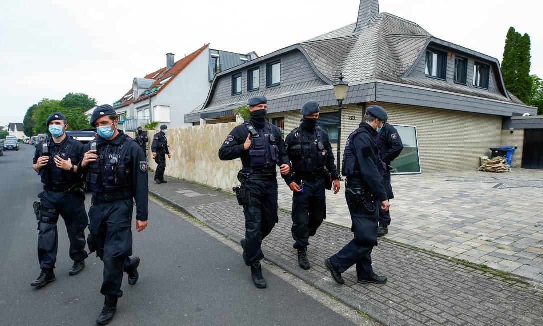 Policiais alemães caminham em frente a uma villa após uma incursão em Leverkusen, Alemanha Foto: THILO SCHMUELGEN / REUTERS/08-06-2021