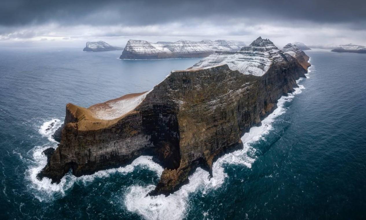 A panorâmica aérea das falésias de Kallur, na Ilha Kalsoy, parte das Ilhas Faroe, feita pelo polonês Pawel Zygmunt, venceu na categoria Paisagem Marinha na Superfície Foto: Pawel Zygmunt / Divulgação