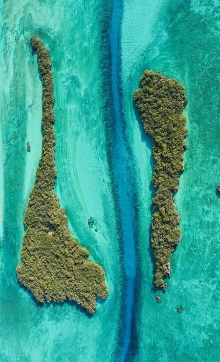 Mais uma imagem aérea finalista da categorla Paisagens Marinhas na Superfície: Passe Dubois, um estreito braço de mar entre as ilhotas Emili e Yangue, em Seychelles, fotografado por Christophe Mason-Parker, do Reino Unido Foto: Christophe Mason-Parker / Divulgação