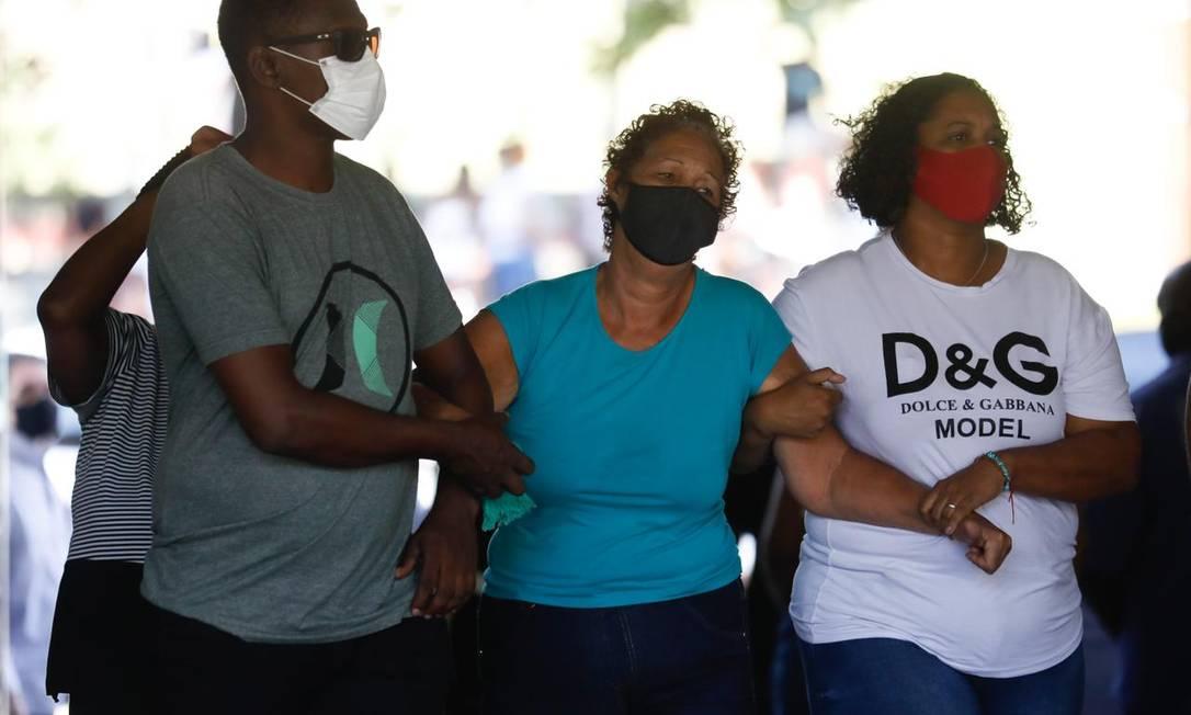 A avó paterna de Kathlen, Angela Romeo, senda carregada por familiares no velório que ocorreu nesta quarta-feira no cemitério do Catumbi Foto: Luiza Moraes / Agência O Globo