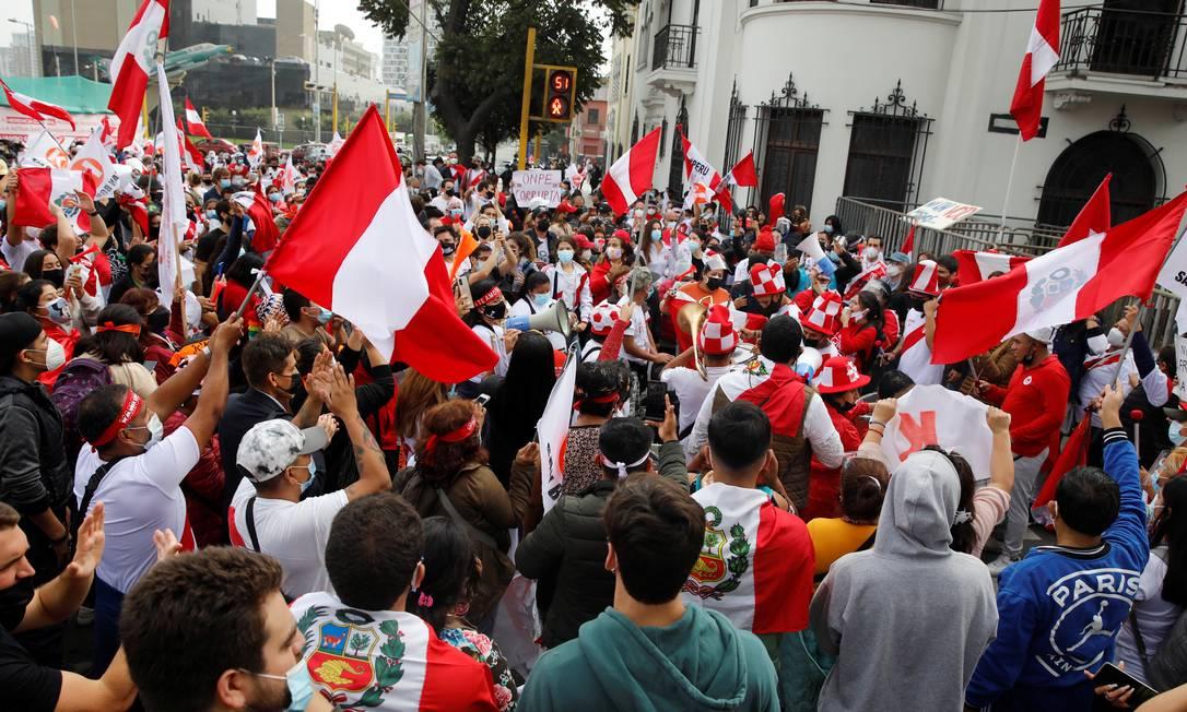 Apoiadores da candidata presidencial do Peru Keiko Fujimori se reúnem em uma rua perto do Escritório Nacional de Processos Eleitorais após o segundo turno das eleições de 6 de junho, em Lima Foto: Sebastian Castaneda / Reuters