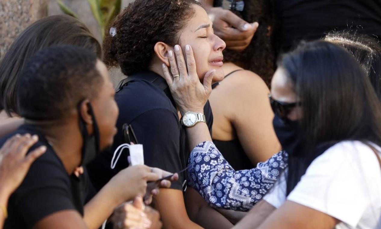 Familiares e amigos se consolam durante a despedida de Kathlen Foto: Luiza Moraes / Agência O Globo