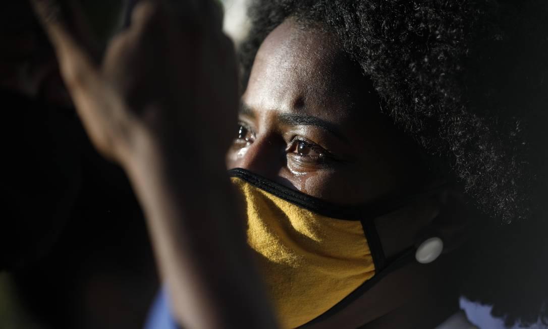 Amigos e familiares se despediram da jovem no Cemitério do Catumbi na tarde desta quarta-feira Foto: Luiza Moraes / Agência O Globo