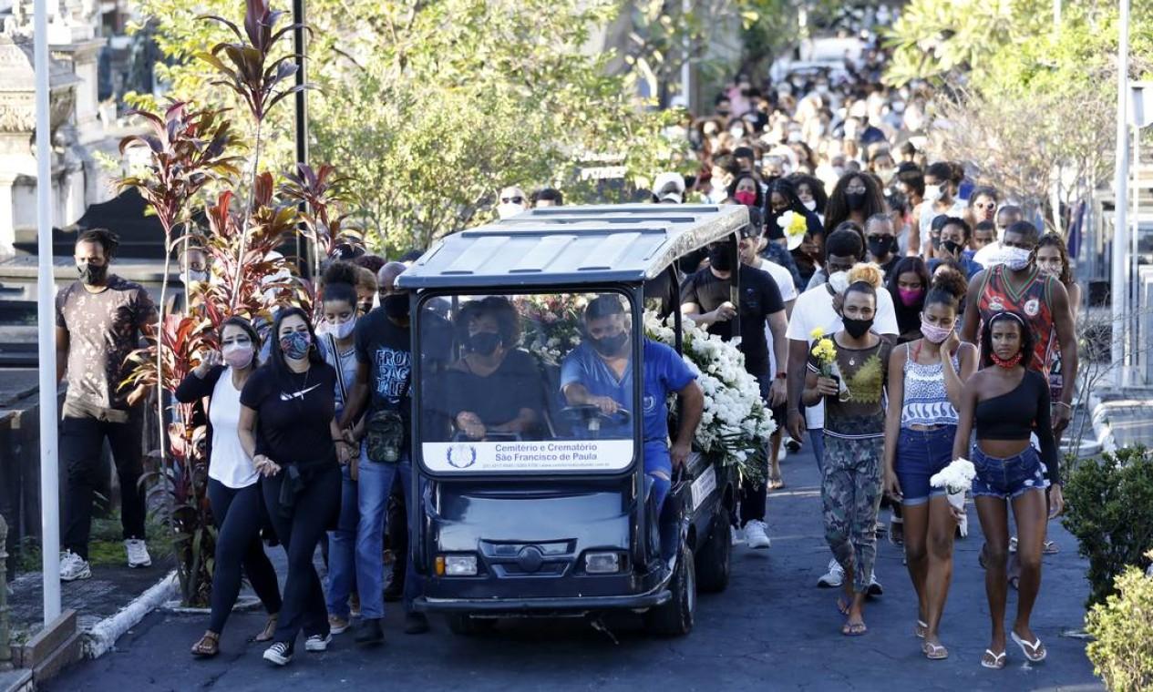 Dezenas de pessoas, sobretudo jovens amigos de Kathlen, acompanharam o velório no Cemitério do Catumbi Foto: Luiza Moraes / Agência O Globo