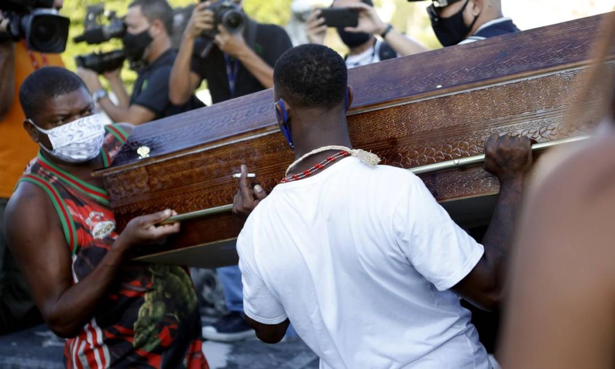 Caixão com o corpo da jovem Kathlen Foto: Luiza Moraes / Agência O Globo