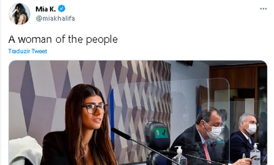Mia Khalifa reagiu às menções a seu nome por senadores brasileiros com montagem de si mesma como se estivesse na CPI da Covid Foto: Twitter / Reprodução