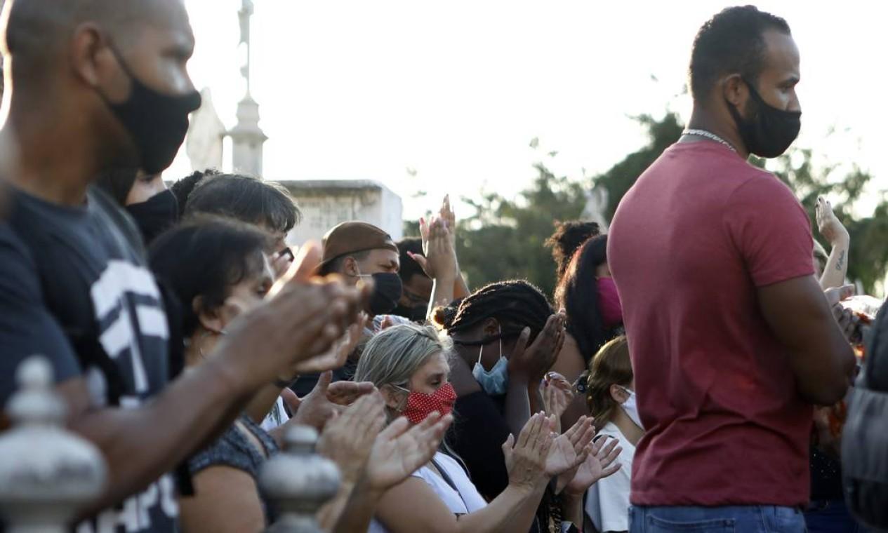 Sob aplausos e gritos por Justiça, o corpo da jovem Katlhen de Oliveira Romeu foi enterrada nesta quarta-feira Foto: Luiza Moraes / Agência O Globo