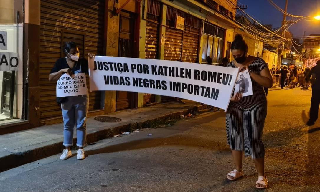 Duas manifestantes seguram faixas em pedido de justiça pela morte de Kathlen Romeu, que estava grávida de seu primeiro filho Foto: Felipe Grinberg / Agência O Globo
