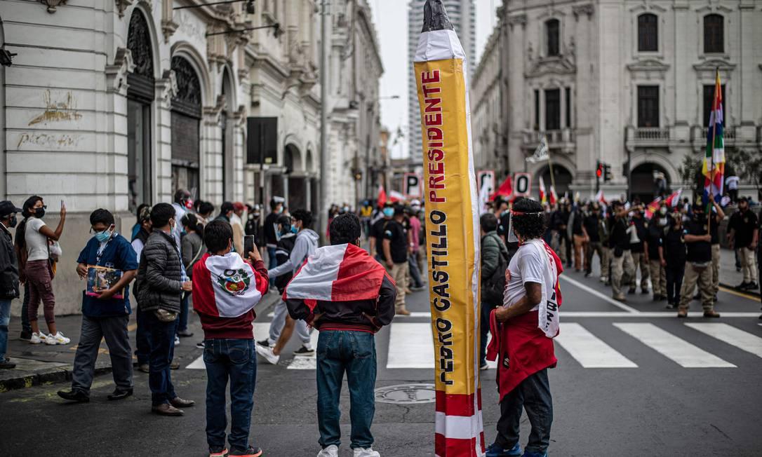 Apoiadores do candidato socialista Pedro Castillo fazem protesto diante do Júri Nacional de Eleições, em Lima Foto: ERNESTO BENAVIDES / AFP