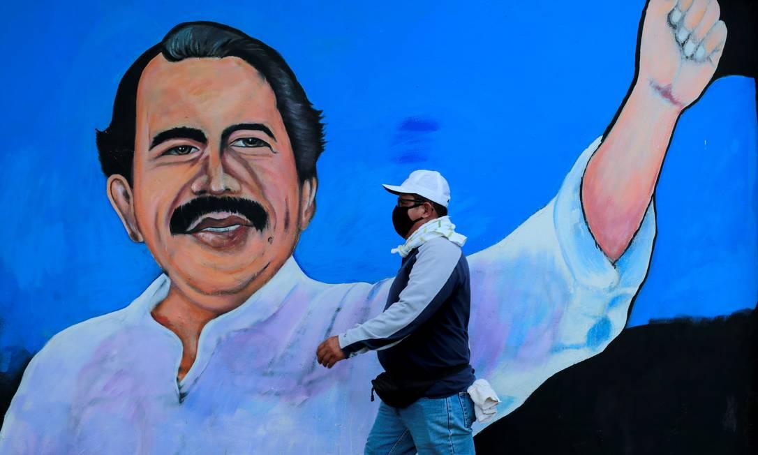 Homem passa por cartaz do presidente Daniel Ortega,em Manágua, na Nicarágua Foto: Oswaldo Rivas / REUTERS