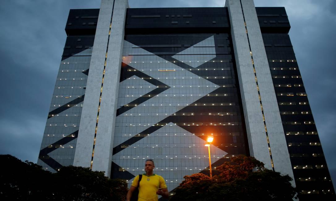 Banco do Brasil, em Brasília: banco adota planos de demissão voluntárias e fecha agências Foto: ADRIANO MACHADO / REUTERS
