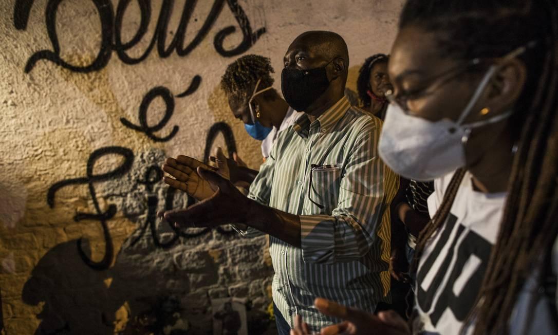 Manifestação foi realizada após sepultamento do corpo da modelo Kathlen de Oliveira Romeu, de 24 anos. A jovem, que estava grávida, foi atingida por um tiro de fuzil quando visitava a avó no momento em que ocorreu um tiroteio Foto: Guito Moreto / Agência O Globo