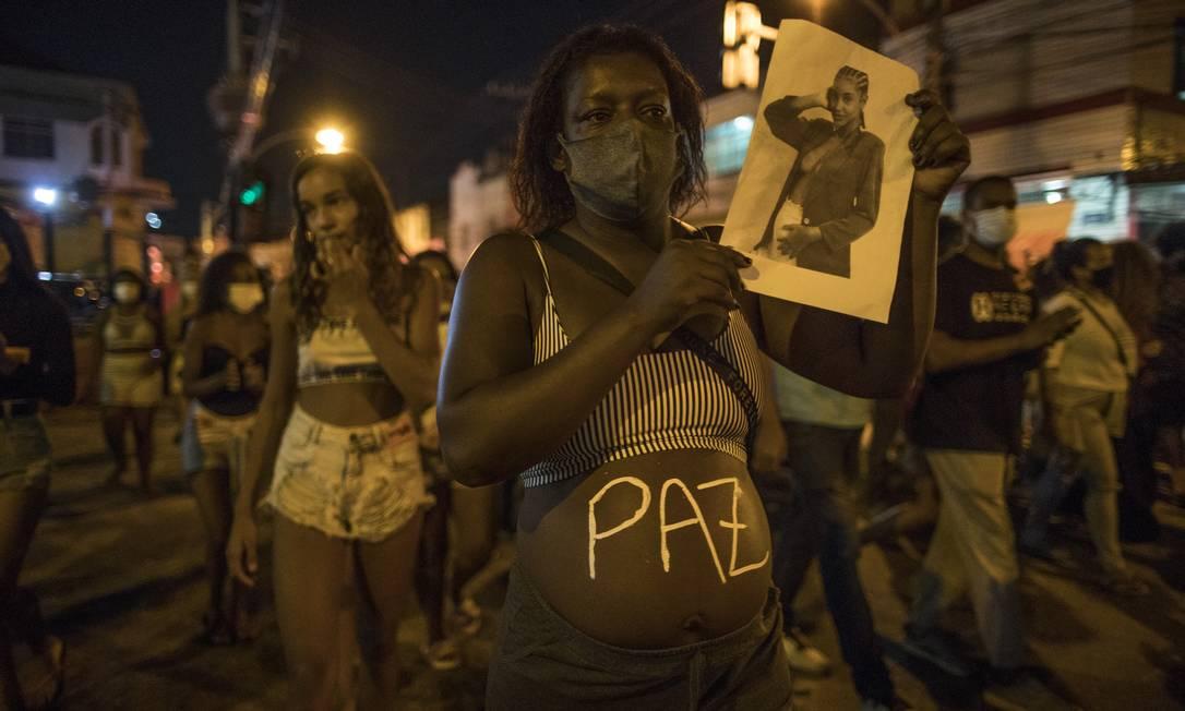 Manifestantes cobram respostas sobre autoria do tiro que matou a jovem, vítima de bala perdida na tarde de terça-feira, durante um confronto entre policiais e criminosos na comunidade Foto: Guito Moreto / Agência O Globo