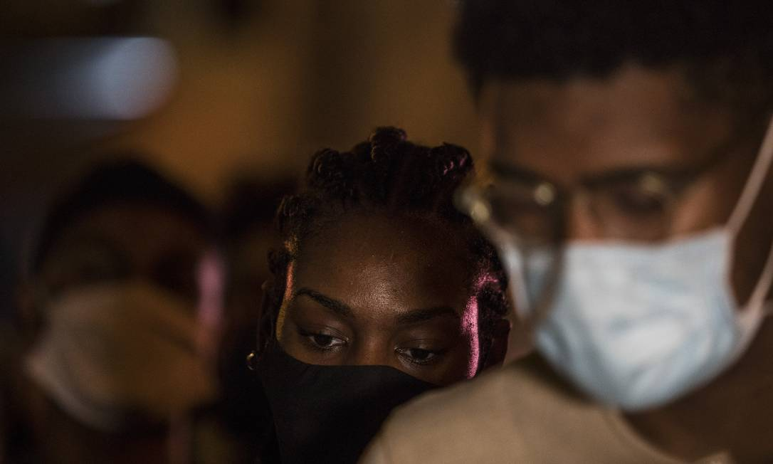 Moradores do Lins durante manifestação pela morte da jovem Kathlen Romeu Foto: Guito Moreto / Agência O Globo