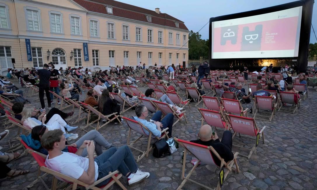 Visitantes participam do festival de cinema Berlinale Summer Special em frente ao palácio de Charlottenburg em Berlim Foto: MICHAEL SOHN / AFP/09-06-2021