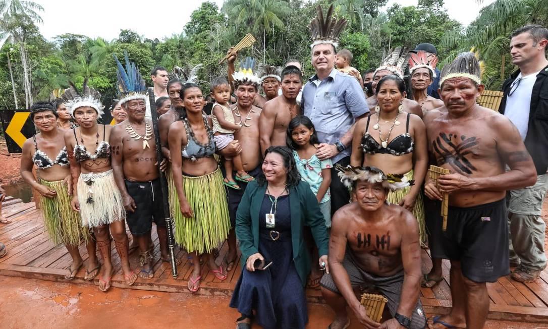 O presidente Jair Bolsonaro posa para foto com indígenas após solenidade pública em São Gabriel da Cachoeira, Manaus Foto: Reprodução
