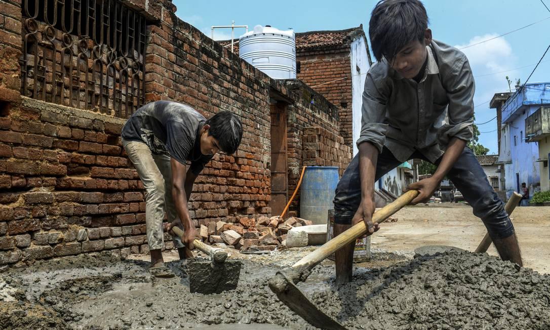 Os irmãos Shahnawaz, de 10 anos, e Mumtaz, de 12, trabalham em uma construção perto de Gaya, cidade no estado de Bihar, na Índia. Crianças estão mais expostas ao trabalho ilegal e arriscado em países em desenvolvimento, diz a ONU Foto: ATUL LOKE / NYT/16-9-2020