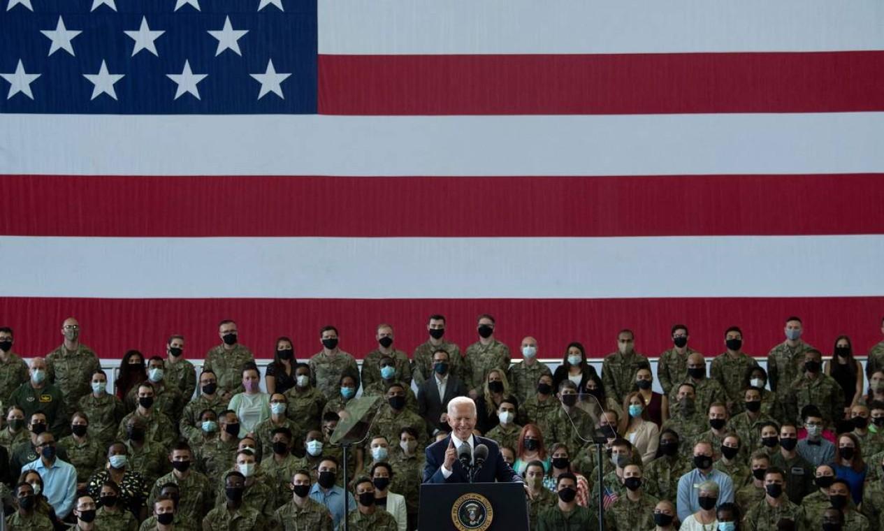 O presidente dos EUA, Joe Biden, fala ao pessoal da Força Aérea dos EUA e suas famílias na Royal Air Force Mildenhall, Suffolk, Inglaterra, antes da Cúpula do G7 de três dias. Os líderes do G7 do Canadá, França, Alemanha, Itália, Japão, Reino Unido e Estados Unidos se encontram neste fim de semana pela primeira vez em quase dois anos Foto: Brendan Smialowsk / AFP