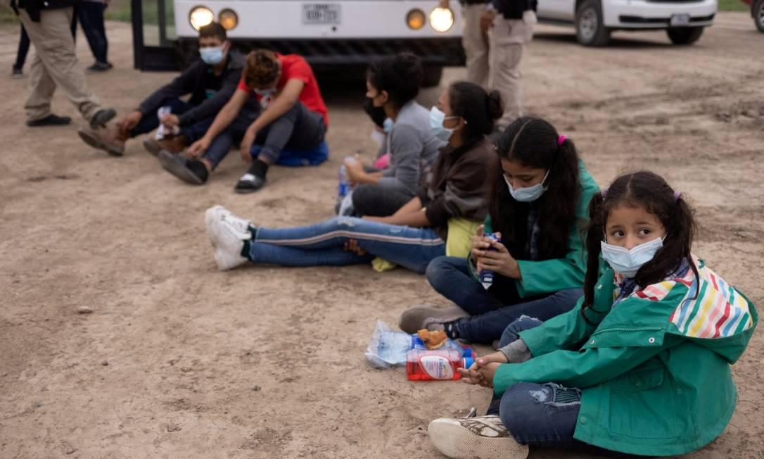 Crianças desacompanhadas esperam ser transportadas pela agência de proteção de fronteiras dos Estados Unidos após atravessarem a fronteira com o México (06-05-21) Foto: ADREES LATIF / REUTERS