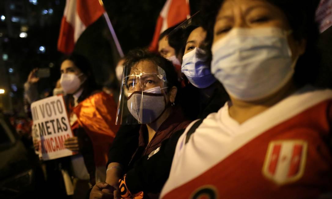 No Peru, as camisas da seleção são marcantes nas manifestações entre os apoiadores da candidata que representa as elites, Keiko Fujimori Foto: LIZ TASA / REUTERS