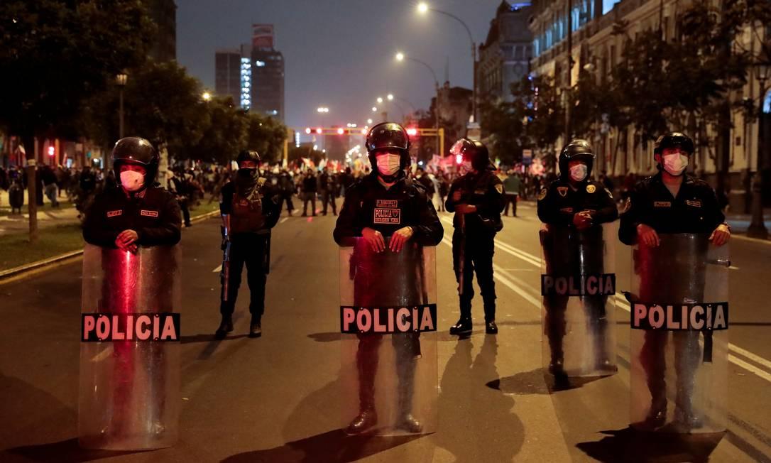 La policía bloquea una calle en Lima, Perú, para evitar enfrentamientos entre la candidata Keiko Fujimori y Pointe Castillo Foto: Alessandro Zink / REUTERS