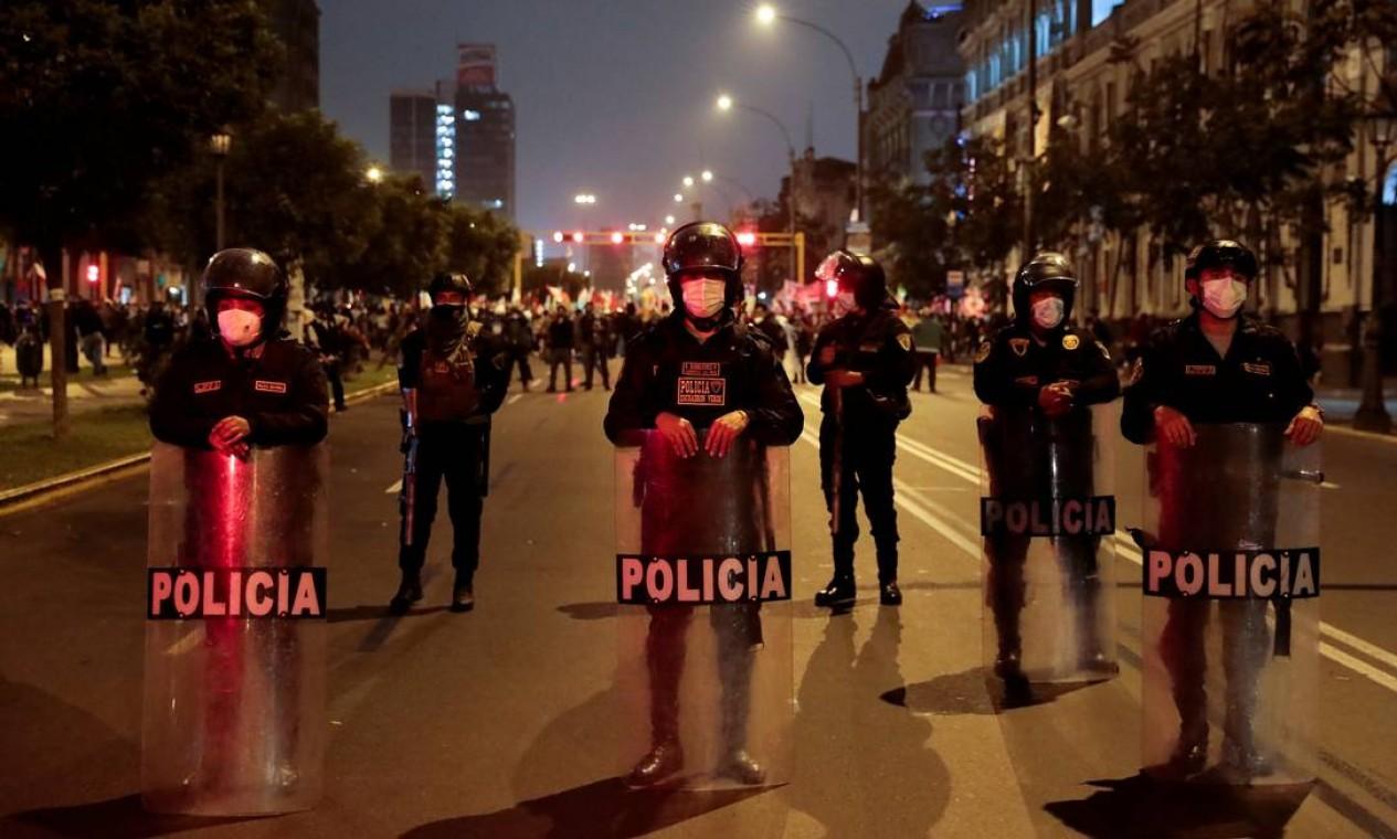 Policiais bloqueiam uma rua para evitar conflito entre apoiadores dos candidatos candidatos Keiko Fujimori e Pedro Castillo, em Lima, Peru Foto: ALESSANDRO CINQUE / REUTERS