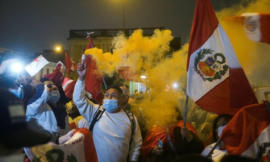 Apoiadores da candidata presidencial do Peru Keiko Fujimori protesta contra iminente vitória do professor de esquerda Pedro Castillo, em Lima, Peru Foto: ALESSANDRO CINQUE / REUTERS
