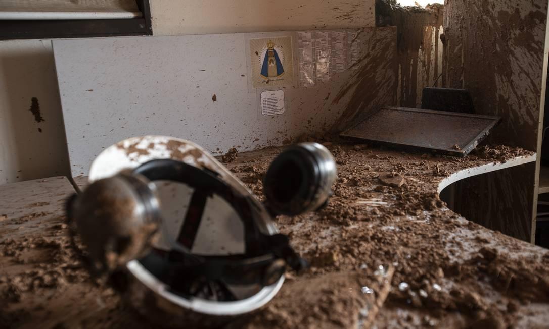 Capacete de trabalhador vítima de rompimento da barragem da Vale em Brumadinho, um mês depois do desastre Foto: Alexandre Cassiano / Agência O Globo 19-02-2019