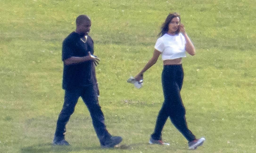 Kanye e Irina durante passeio na França. Foto: SAUD / BACKGRID