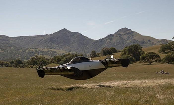 Apesar do design, o BlackFly voa por meio de um método familiar. Oito rotores semelhantes a drones são posicionados em duas asas. Foto: Reprodução