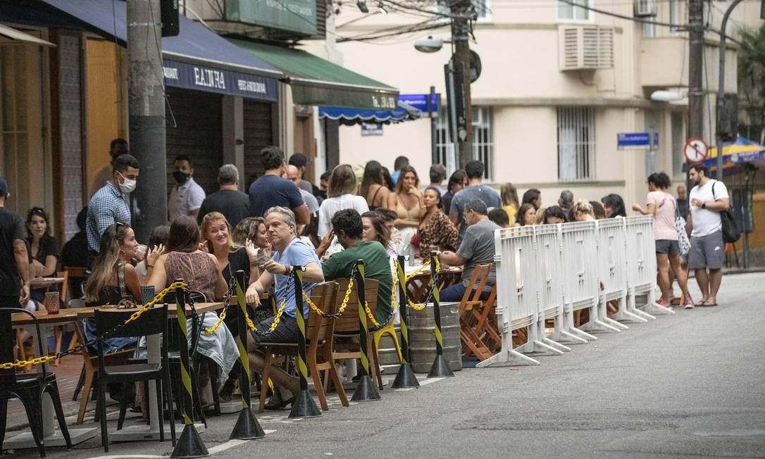 Na foto, restaurante no Leblon com cercadinho para evitar aglomerações Foto: Ana Branco / Agência O Globo